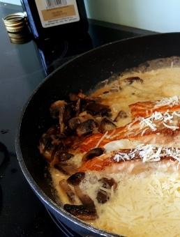 stegt laks med svamp og fløde